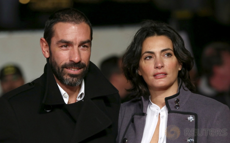 "Robert Pires (kiri) dan istrinya Jessica Lemarie menghadiri acara pemutaran perdana film ""I am Bolt"" di London, Inggris, Senin (28/11/2016). Sejumlah pemain sepakbola menghadiri acara tersebut. (REUTERS/Neil Hall)"