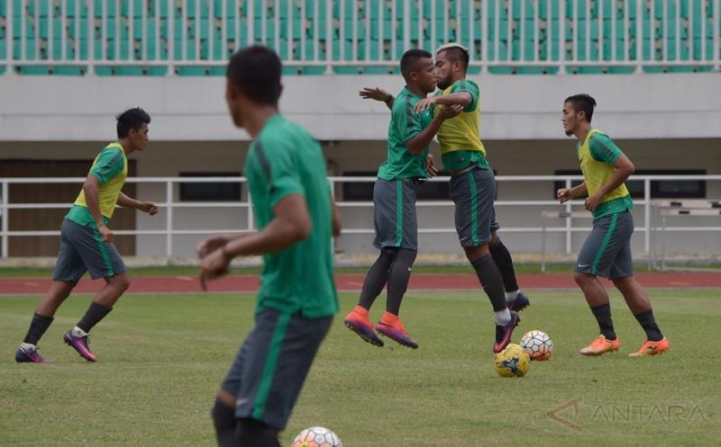 Sejumlah pemain timnas Indonesia mengikuti latihan perdana usai lolos grup A AFF Suzuki Cup 2016 di Stadion Pakansari, Kabupaten Bogor, Jabar, Selasa (29/11/2016). Timnas Indonesia akan menjamu Vietnam pada putaran pertama semifinal AFF Suzuki Cup 2016 pada Sabtu (3/12/2016) mendatang.
