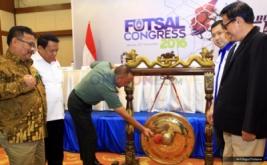Ketua Umum PSSI Eddy Rahmayadi (tengah) memukul gong disaksikan Ketua Asosiasi Futsal Indonesia Hary Tanoesoedibjo (dua kanan) pada pembukaan Kongres FFI 2016 di Auditorium MNC Tower, Jakarta Pusat, Rabu (30/11/2016). Kongres ini juga dihadiri perwakilan dari Kemenpora dan Koni Pusat.