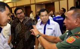 Ketua Umum PSSI Eddy Rahmayadi (kanan) berbincang bersama Ketua Asosiasi Futsal Indonesia Hary Tanoesoedibjo (dua kanan), perwakilan dari Kemenpora dan Koni Pusat pada pembukaan Kongres FFI 2016 di Auditorium MNC Tower, Jakarta Pusat, Rabu (30/11/2016).