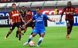 Pesepakbola Persib Bandung Atep (tengah) menggiring bola dengan kawalan dua pesepakbola Perseru Serui Bilbig Dian Mahrus (kiri) dan Yesaya Nickhanor Desnam (kanan) pada laga lanjutan Torabika Soccer Championship (TSC) 2016 di Stadion Si Jalak Harupat, Soreang, Kabupaten Bandung, Jawa Barat, Rabu (30/11/2016). Tim tuan rumah Persib Bandung berhasil mengalahkan tim tamu Perseru Serui dengan skor akhir 6-2.