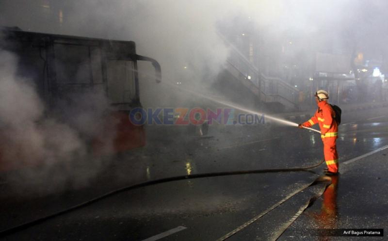 Bus Gandeng Transjakarta Ludes Terbakar di Halte BNN Jakarta