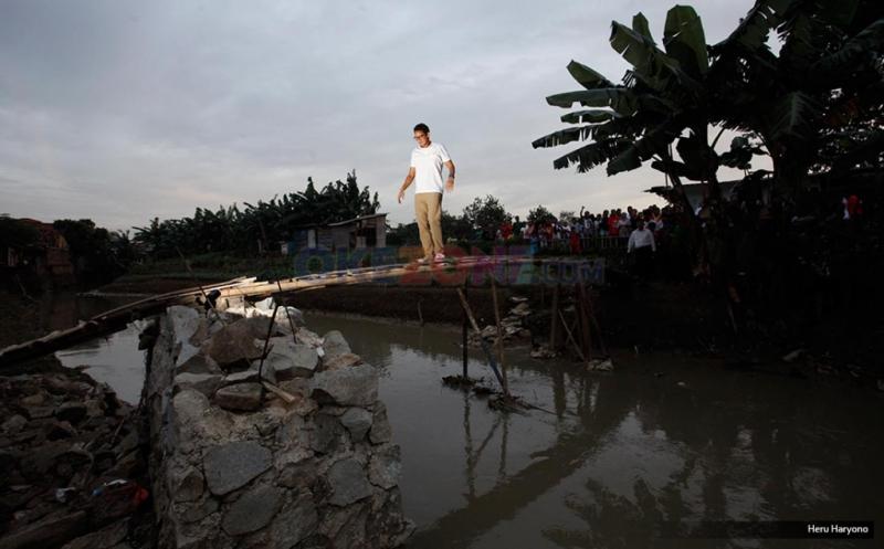 Usai Blusukan di Pondok Kelapa, Sandiaga Uno Seberangi Jembatan Darurat