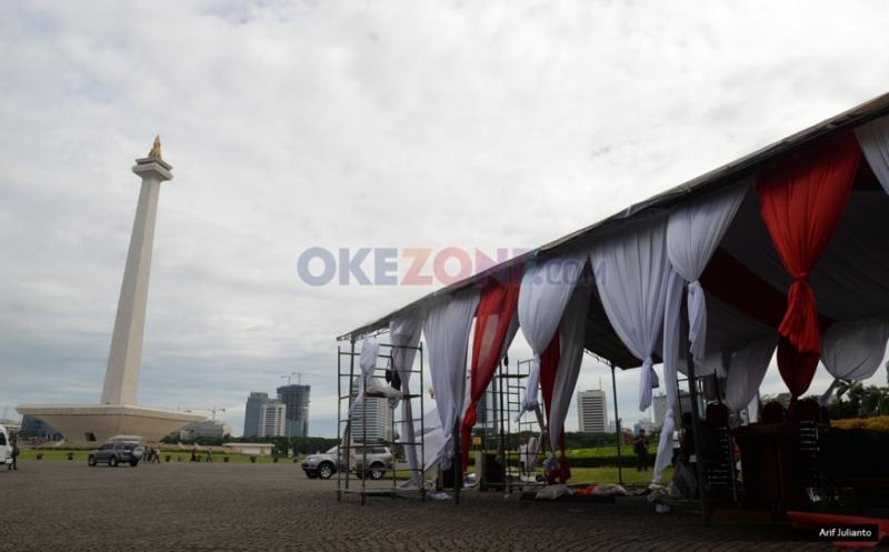 Persiapan Panggung dan Tenda Jelang Demo 2 Desember di Monas