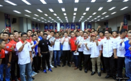 Ketua Umum Partai Perindo Hary Tanoesoedibjo berfoto bersama tim yang akan berlaga pada turnamen Liga Futsal Perindo 2016 tingkat nasional di Hall Room Hotel Ibis Cawang, Jakarta, Kamis (1/12/2016).