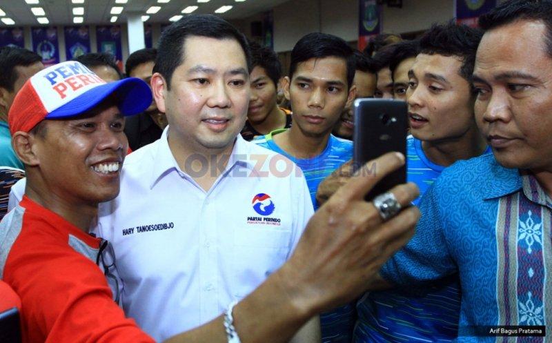 Ketua Umum Partai Perindo Hary Tanoesoedibjo melayani permintaan foto bersama salah seorang peserta Liga futsal Perindo tingkat nasional di Hall Room Hotel Ibis Cawang, Kamis (1/12/2016).