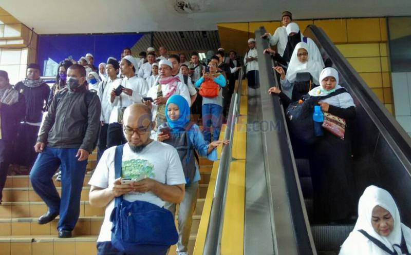 AKSI DAMAI 212: Gelombang Peserta Aksi Padati Stasiun Gondangdia