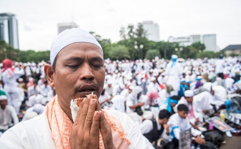 AKSI DAMAI 212: Jutaan Umat Islam Ikuti Zikir dan Doa Bersama di Silang Monas