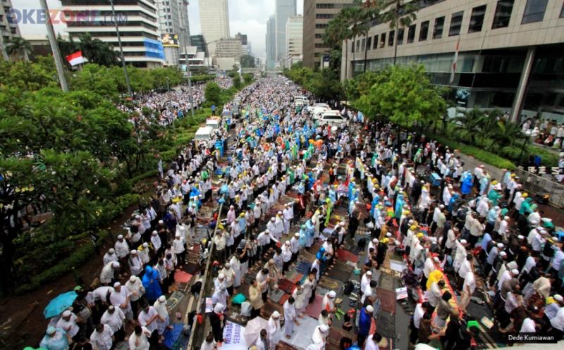 AKSI DAMAI 212: Diguyur Hujan, Massa Tetap Gelar Jumatan di Jalan MH Thamrin