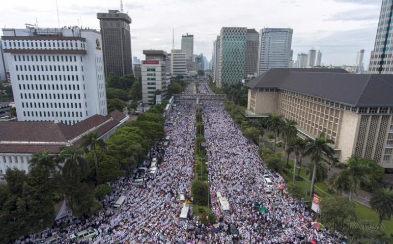 AKSI DAMAI 212: Jutaan Umat Islam Gelar Zikir dan Doa Bersama