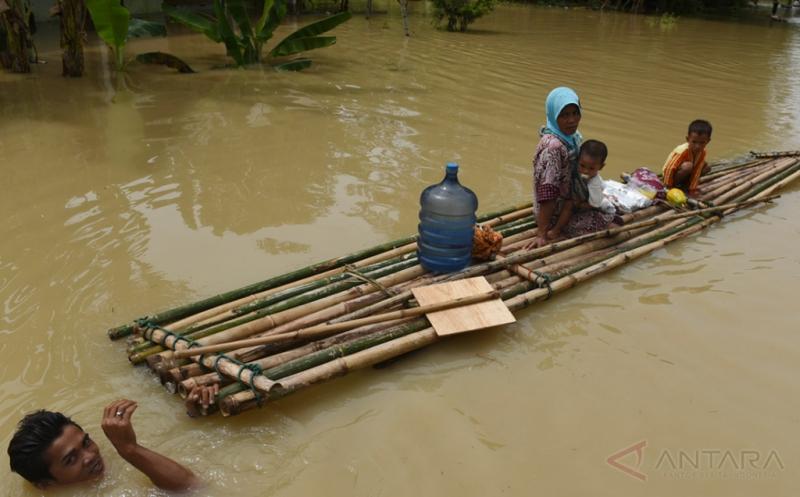 Melihat Aktivitas Warga Bojonegoro di Tengah Banjir