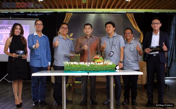 HUT MNC Shop ke-4, Hary Tanoe Berikan Potongan Tumpeng Pertama untuk CEO MNC Shop