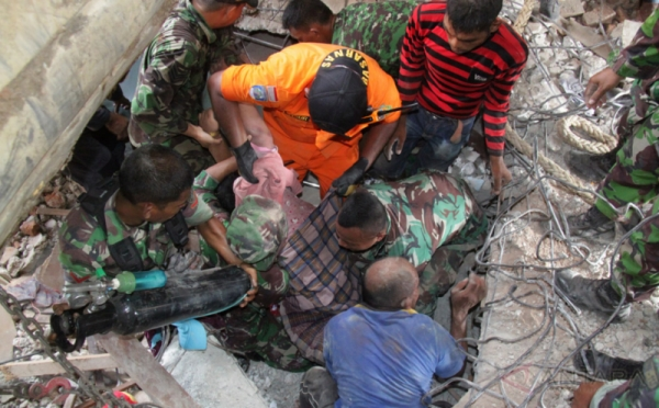 GEMPA PIDIE ACEH: Basarnas dan TNI Evakuasi Korban Gempa Terjepit Reruntuhan