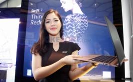 <p>  Model memperlihatkan laptop tertipis Acer Swift 7 di Jakarta</p>