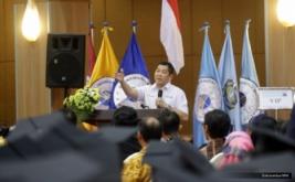 <p>  Group Chairman & CEO MNC Group Hary Tanoesoedibjo berbagi pengalaman kepada ratusan wisudawan Universitas Widya Kartika, Surabaya, Jawa Timur, Kamis (8/12/2016).</p>