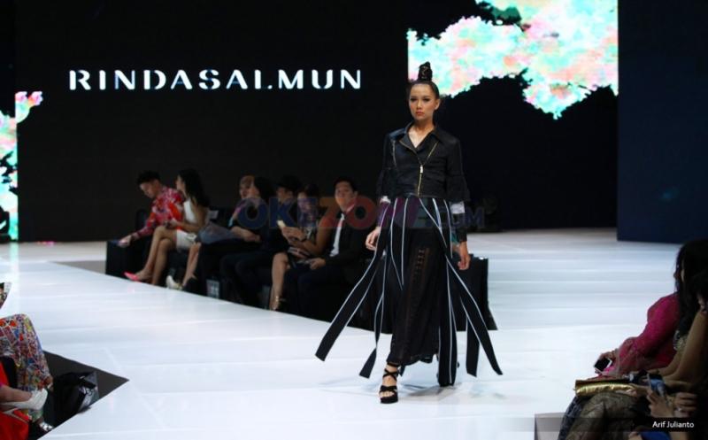 Rinda Salmun Hadirkan Koleksi dari Kain Tenun Garut di I Fashion Festival