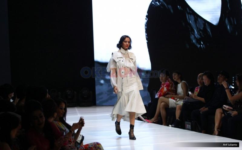 Hitam Putih Koleksi Barli Asmara di I Fashion Festival