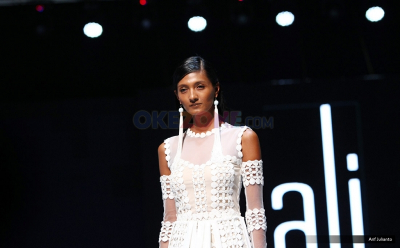 Motif Renda di Koleksi Ali Charisma pada I Fashion Festival