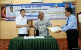<p>  Group Chairman & CEO MNC Group Hary Tanoesoedibjo menyerahkan bantuan dana pendidikan kepada mahasiswa berprestasi Universitas Ekasakti, Padang, Sumatera Barat, Rabu (14/12/2016).</p>
