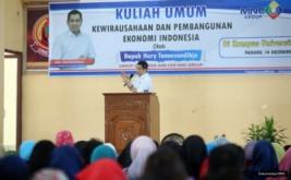 """<p>  Group Chairman & CEO MNC Group Hary Tanoesoedibjo memberikan kuliah umum bertema """"Kewirausahaan dan Pembangunan Ekonomi Indonesia"""" di Universitas Ekasakti, Padang.</p>"""