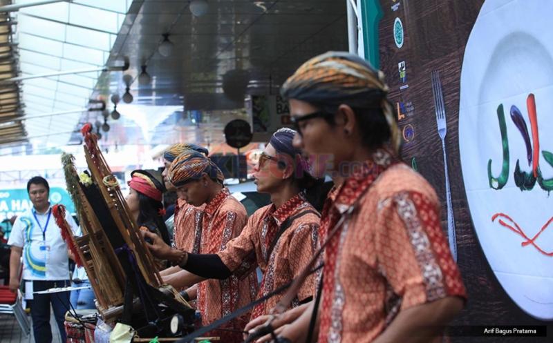 Musik Tradisional Hibur Pengunjung Festival Halal Food 2016