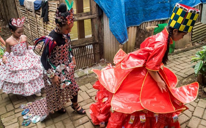 Tampil Cantik dan Inovatif Anak-Anak ini Kenakan Gaun Daur Ulang Sampah Plastik