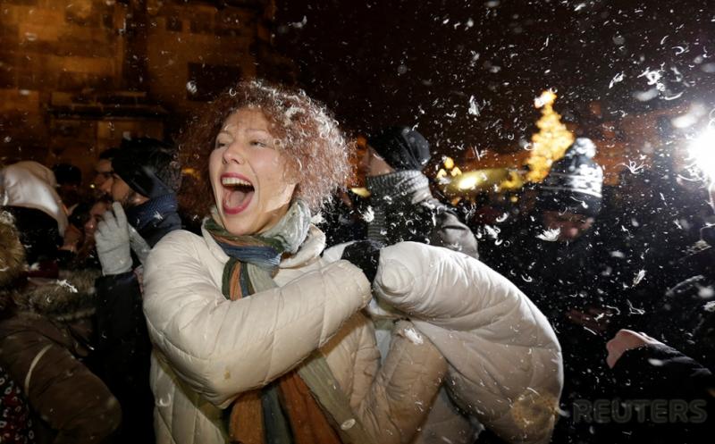 Sambut Pergantian Tahun, Ratusan Warga Praha Ceko Perang Bantal