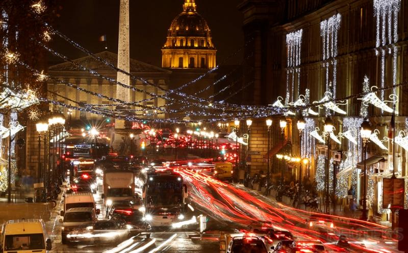 Lampu Gemerlap Hiasi Paris Jelang Natal