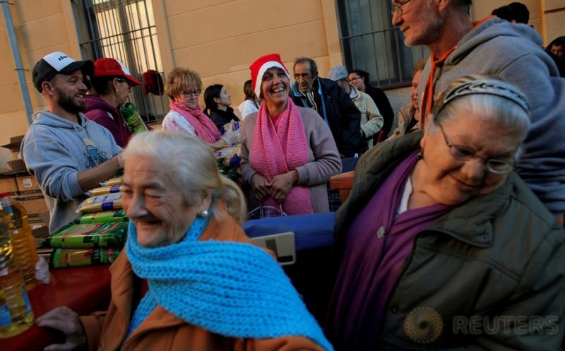 Relawan Bagikan Makanan pada Malam Natal di Malaga Spanyol