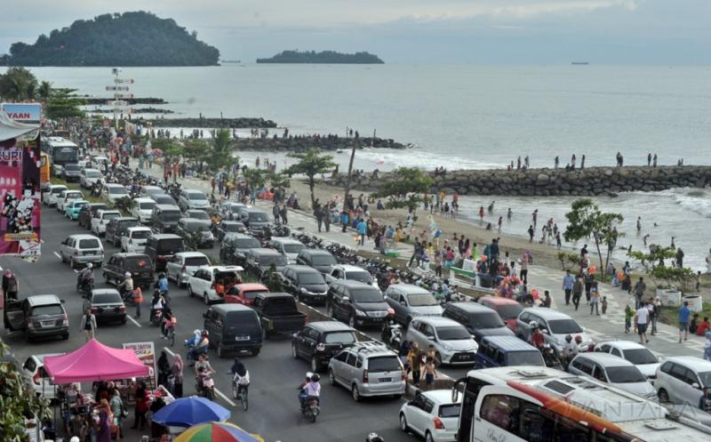 Pantai Padang Dipadati Wisatawan di Hari Raya Natal