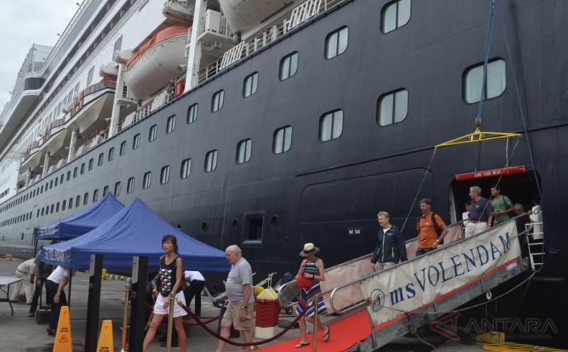 Kapal Pesiar Berbendera Belanda Bersandar di Pelabuhan Benoa Bali