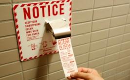 Seseorang mengambil kertas pembersih ponsel saat berada di dalam toilet di Bandara Internasional Narita, Jepang, Rabu (28/12/2016). (REUTERS/Toru Hanai)