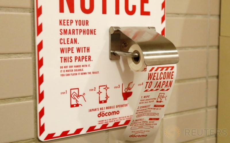 Kertas pembersih ponsel berada di Bandara Internasional Narita, Jepang, Rabu (28/12/2016). (REUTERS/Toru Hanai)