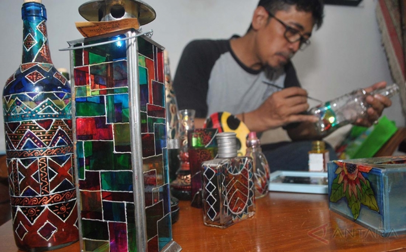 Perajin Lukisan Kaca Asal Bogor Tembus Penjualan Hingga Mancanegara