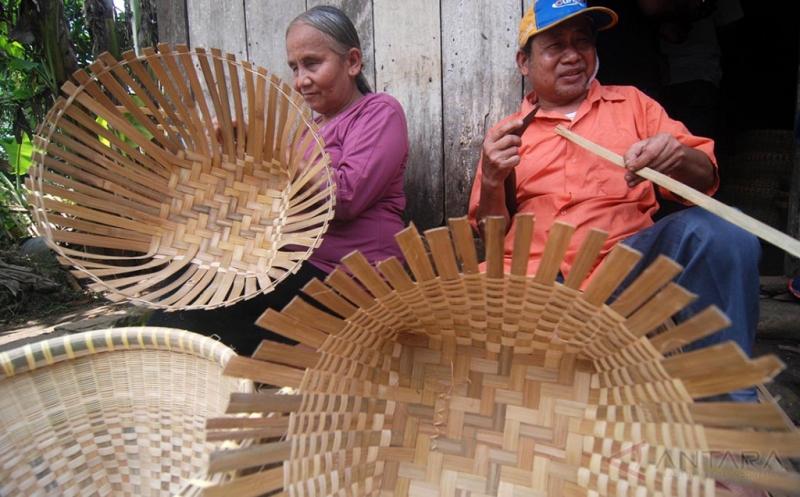 Pasutri Tuna Netra Sudah 30 Tahun Produksi Keranjang Anyaman