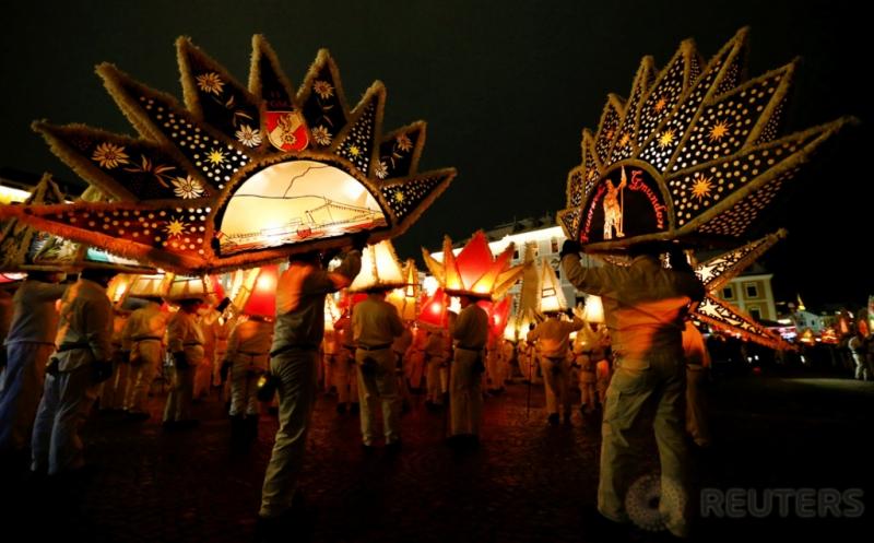 Topi Lampion Aneka Bentuk pada Parade Tradisional di Austria