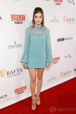 Hailee Steinfeld Tampil Cantik dengan Baju Terusan