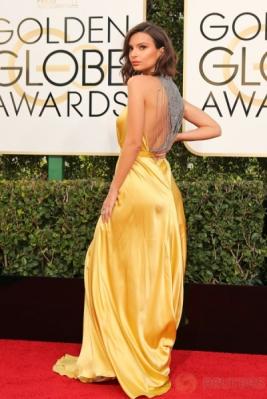 Emily Ratajkowski Tampil Seksi di Golden Globe Awards ke-74