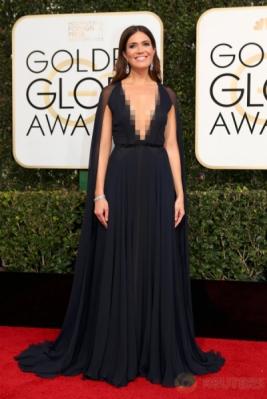 Hadiri Golden Globe Awards ke-74, Mandy Moore Pilih Kenakan Gaun Hitam