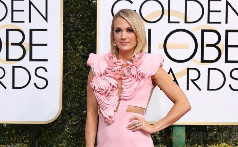 Carrie Undewood Tampil Cantik dengan Gaun Pink