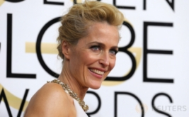 Di Golden Globe Awards ke-74, Gillian Anderson Pilih Kenakan Gaun Putih