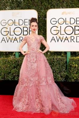 Bibir Merah Merona Aktris Cantik Lily Collins