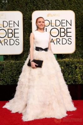 Barbara Meier Kenakan Gaun Putih di Golden Globe Awards 2017