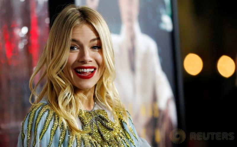 Senyum Manis Aktris Cantik Sienna Miller