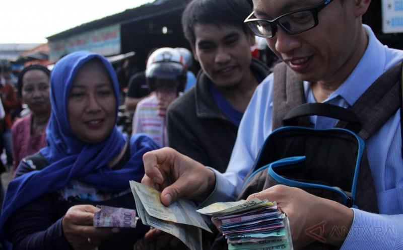 Warga Makassar Antre Dapatkan Uang Rupiah Baru Tahun Emisi 2016