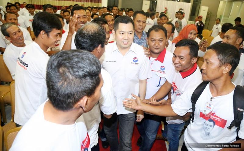 Ketua Umum Partai Perindo Hary Tanoesoedibjo (tengah) mendapatkan sambutan hangat setibanya di lokasi pengukuhan 328 DPRt Partai Perindo Tuban di Tuban, Jawa Timur, Rabu (11/1/2017).