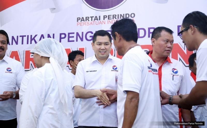 Ketua Umum Partai Perindo Hary Tanoesoedibjo (tengah) bersalaman dengan pengurus baru Perindo pada acara pengukuhan 328 DPRt Partai Perindo Tuban di Tuban, Jawa Timur, Rabu (11/1/2017).