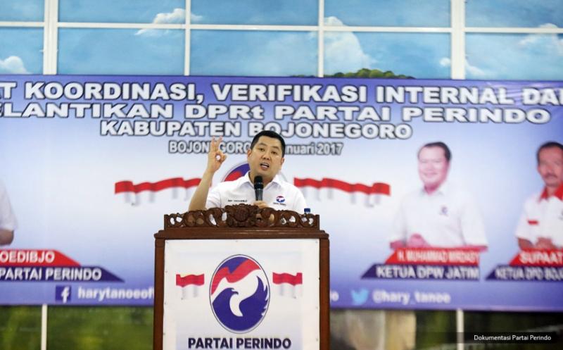 Ketua Umum Partai Perindo Hary Tanoesoedibjo memberikan pengarahan pada acara pelantikan 430 DPRt Partai Perindo Bojonegoro di Gedung Serbaguna Bojonegoro, Jawa Timur, Rabu (11/1/2017). Hary Tanoe mengungkapkan pentingnya mempercepat kemajuan Indonesia agar persoalan bangsa bisa teratasi. Karena itulah, dia menyerukan kepada seluruh kader untuk membesarkan Partai Perindo agar bisa memajukan Indonesia, memakmurkan rakyat melalui proses politik.