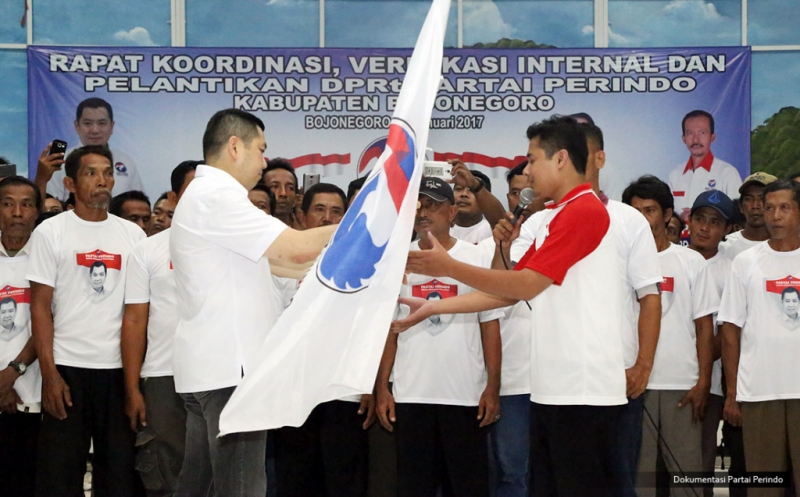 Ketua Umum Partai Perindo Hary Tanoesoedibjo memberikan pataka Perindo kepada pengurus baru pada acara pelantikan 430 DPRt Partai Perindo Bojonegoro di Gedung Serbaguna Bojonegoro, Jawa Timur, Rabu (11/1/2017). Hary Tanoe menyerukan kepada seluruh kader untuk membesarkan Partai Perindo agar bisa memajukan Indonesia, memakmurkan rakyat melalui proses politik.&lt;br /&gt;<br />