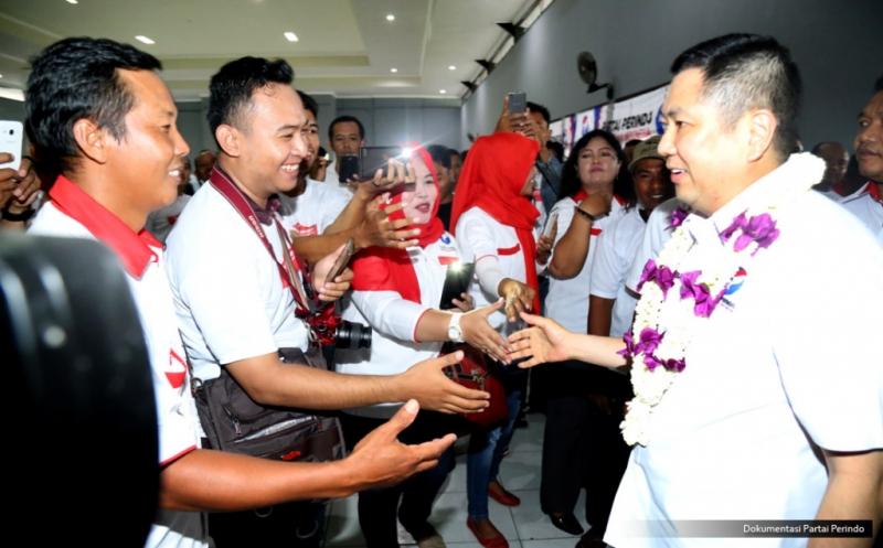 Ketua Umum Partai Perindo Hary Tanoesoedibjo (kanan) mendapatkan sambutan hangat setibanya di lokasi pelantikan 430 DPRt Partai Perindo Bojonegoro di Gedung Serbaguna Bojonegoro, Jawa Timur, Rabu (11/1/2017).